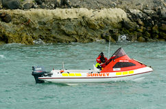 一条水文勘测小船的官员 免版税库存照片