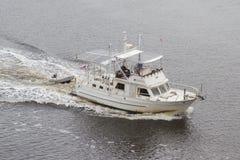 一条更旧的白色小船 库存照片