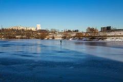 一条冻河的一位孤立渔夫 库存图片