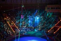 一条绳索的杂技演员在伟大的莫斯科状态马戏的竞技场 免版税图库摄影