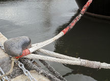 一条绳索的细节在系船柱附近的 免版税库存照片