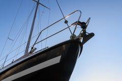 一条黑航行游艇的弓从下面反对蓝天, co 免版税库存图片