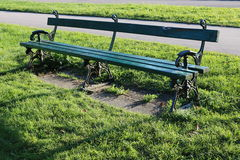 一条绿色老长凳 免版税库存图片