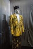 一条黄色衣服和布裙有在蜡染布博物馆照片显示的蜡染布样式的拍在北加浪岸印度尼西亚 免版税库存照片