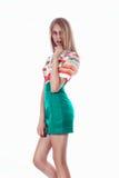 一条绿色裙子的美丽的金发碧眼的女人 免版税库存照片