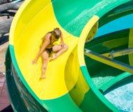 一条水滑道的一个女孩在五星复合体的水公园在Kranevo,保加利亚 库存照片