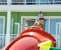 一条水滑道的一个男孩在水国际饭店里在Kranevo,保加利亚 免版税库存图片