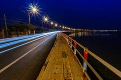 一条cruve高速公路的看法在与光足迹的晚上采取与a 免版税库存图片