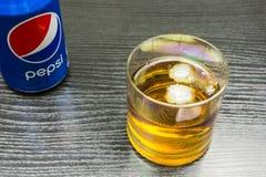 一杯与冰和一个罐头的威士忌酒百事可乐 免版税库存照片