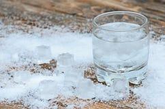 一杯与冰的水 免版税库存图片