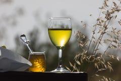 一杯与干耳朵的白葡萄酒 库存图片