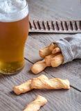 一杯与面包棒的啤酒 库存图片