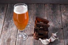 一杯低度黄啤酒和bl油煎的热的芳香大蒜多士  图库摄影