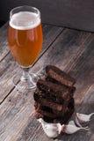 一杯低度黄啤酒和bl油煎的热的芳香大蒜多士  免版税库存图片