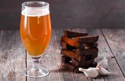 一杯低度黄啤酒和bl油煎的热的芳香大蒜多士  库存图片
