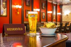 一杯低度黄啤酒海涅肯用面包干乳酪,片剂-是后备的在餐馆酒吧的一张木桌上 俄国 莫斯科 库存照片