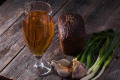 一杯低度黄啤酒,黑面包,新鲜的葱大面包  免版税库存图片