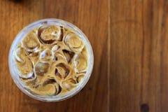 一杯冰冻咖啡的鸟瞰图在玻璃杯子的在作为背景的木桌上 库存图片