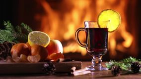 一杯加香料的热葡萄酒gluhwein 股票视频