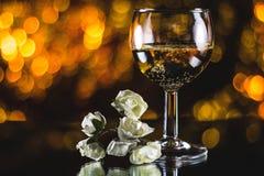一杯反对背景的香槟 库存图片
