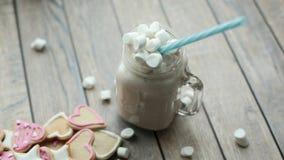 一杯可可粉或热奶咖啡用蛋白软糖 免版税图库摄影
