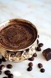 一杯咖啡、咖啡豆和糖果 免版税图库摄影