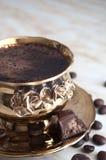 一杯咖啡、咖啡豆和糖果 免版税库存图片
