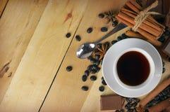 一杯咖啡、桂香、巧克力和茴香 Christm口味  免版税库存图片