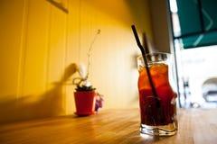 一杯咖啡与冰的在桌上 免版税库存图片