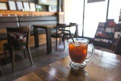 一杯咖啡与冰的在桌上 图库摄影
