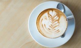 一杯咖啡与匙子的在顶视图 库存图片