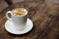一杯咖啡与叶子样式的 免版税库存图片