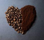 一杯咖啡与咖啡五谷的  免版税库存图片