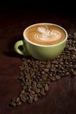 一杯咖啡与拿铁艺术的 免版税库存照片