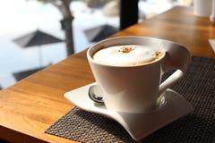 一杯咖啡与牛奶泡沫的 库存图片