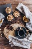 一杯咖啡与甜点的 库存照片