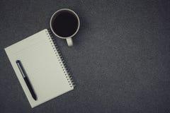 一杯咖啡与笔记的在工作表上的和笔与拷贝温泉 图库摄影