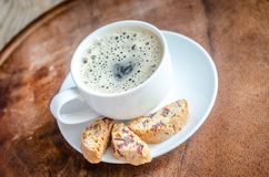一杯咖啡与biscotti的 免版税库存照片