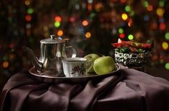 一杯咖啡和一个咖啡罐在圣诞节冷杉木背景 免版税图库摄影