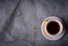 一杯咖啡和一支铅笔在灰色背景 免版税库存照片