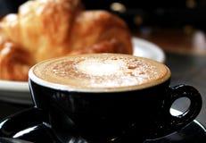 一杯咖啡和新月形面包 库存照片