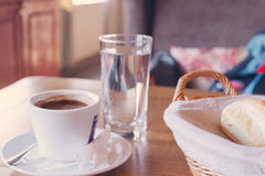 一杯咖啡和早餐在一个舒适减速火箭的样式咖啡馆 免版税图库摄影