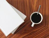 一杯咖啡和有些书 免版税图库摄影