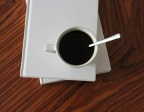 一杯咖啡和有些书 免版税库存图片