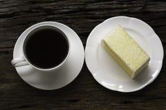 一杯咖啡和椰子蛋糕片断  免版税库存照片