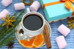 一杯咖啡和礼物 免版税库存照片
