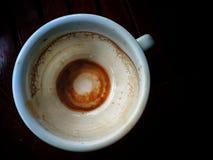 一杯咖啡喝完和看见在底部的仅咖啡小块 免版税库存图片