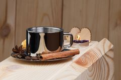 一杯咖啡在一个木架子的,用桂香、茴香和咖啡豆 库存图片