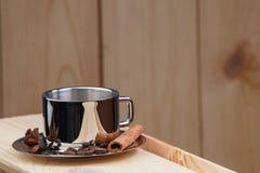 一杯咖啡在一个木架子的,用桂香、茴香和咖啡豆 库存照片