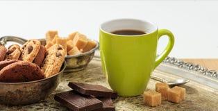 一杯咖啡在一个老盘子的 库存照片